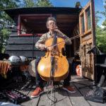 Daniel Trutet s'échauffe au violoncelle avant le concert